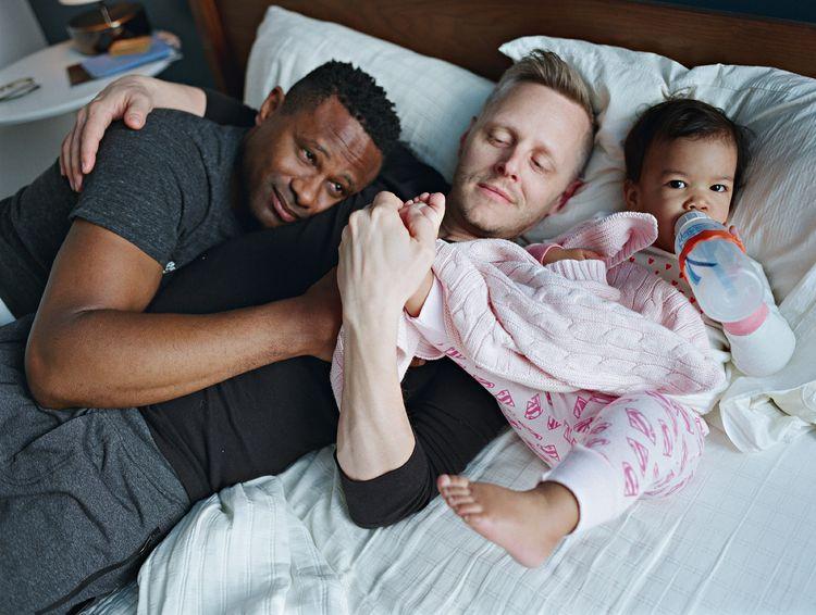 Harrison en Christopher met hun dochter Genhi. Brooklyn, New York