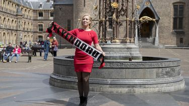 Een foto van Lilian Marijnissen met een sjaal van Feyenoord