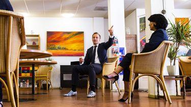 Een foto van minister Hugo de Jonge die een verpleeghuis bezoekt