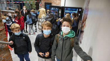 Een foto van schoolkinderen die mondkapjes dragen tegen coronabesmettingen