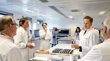 Minister Hugo de Jonge van Volksgezondheid, Welzijn en Sport krijgt een rondleiding bij Sanquin.