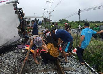 Een foto van mensen op het spoor bij het ongeval in Thailand