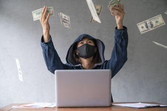foto van jongen die geld in de lucht gooit
