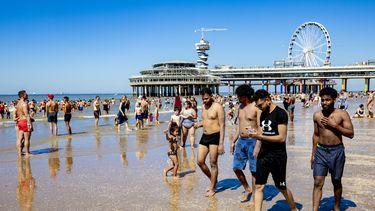 Een foto van strandgangers in Scheveningen