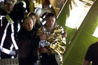 Een foto van hulpverleners en een slachtoffer bij de brand van Volendam