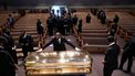Een foto van de gouden doodskist van George Floyd in een kerk.