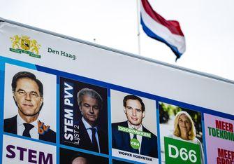 Een foto van een bord voor de verkiezingen Tweede Kamer stemmen
