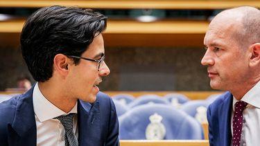Op deze foto zie je Rob Jetten (D66) en Gert-Jan Segers (ChristenUnie) voorafgaand aan het debat over het kabinetsbesluit om de dividendbelasting te behouden.