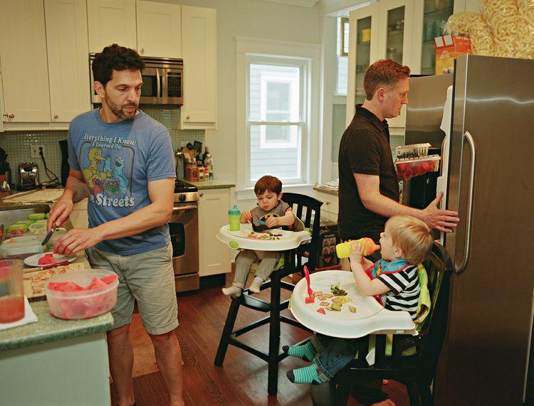 Al en Chris met hun zonen Tommy en Luca. Asbury Park, New Jersey © Bart Heynen van 'Dads' gepubliceerd door powerHouse Books.jpg