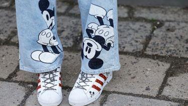 Een foto van een spijkerbroek met figuurtjes van Disney+