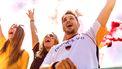 Een foto van juichende voetbalsupporters, in Deutschland shirt