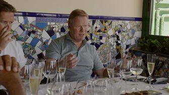 Een foto van Ronald Koeman tijdens een etentje met het bestuur van Barcelona
