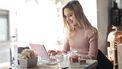 vrouw verstuurt e-mails