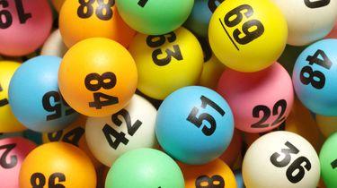 Op deze foto zie je lotto ballen