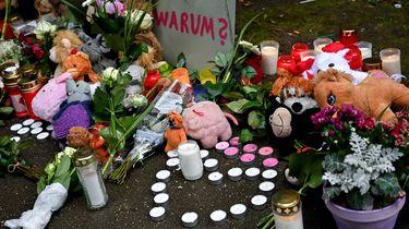 foto van bloemen als eerbetoon aan de omgebrachte kinderen