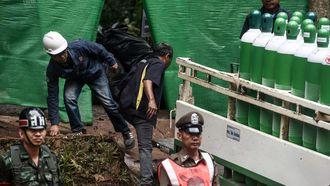 Reddingsactie Thaise voetballers is begonnen