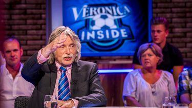 Op deze foto zie je Johan Derksen in het decor van het televisieprogramma Veronica Inside.