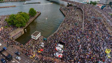 Foto van heel veel mensen in Rotterdam bij de demonstratie tegen politiegeweld
