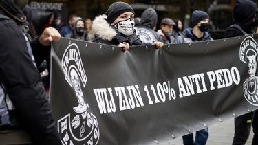 Op deze foto zijn mensen bij de demonstratie in Utrecht te zien, met een spandoek waarop 'wij zijn 110% anti-pedo' staat.
