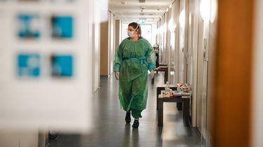 Zorgmedewerkers aan het werk in verzorgingshuis in coronatijd
