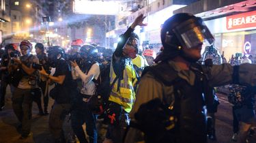 Agent Hongkong met pijl geraakt in kuit tijdens protestacties