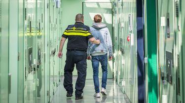 Een arrestant in het cellencomplex van een politiebureau.