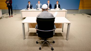 Foto tijdens de openbare verhoren van de parlementaire ondervragingscommissie.