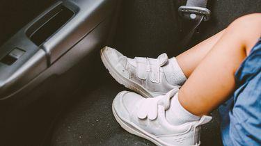 Op deze foto zie je voetjes van een kleuter die in een hete auto zit.