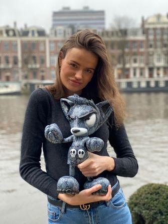 Een foto van Loes van Delft met haar creatie Pjipje