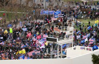 Trump-aanhangers nemen tribunes over die zijn opgezet voor de presidentiële inauguratie.