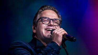 Een foto van een zingende Guus Meeuwis