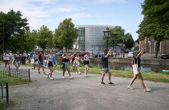 LEIDEN - Studenten tijdens een stadswandeling. Universiteit Leiden heeft vanwege het coronavirus een aangepast programma opgesteld voor de nieuwe studenten tijdens de introductieweek.