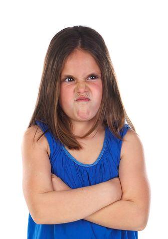 Een foto van een kind dat boos is op haar ouders