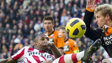 Een foto van Nesu in duel met PSV