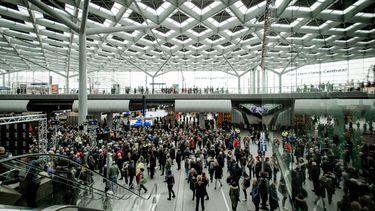 Een foto van de hal van station Den Haag