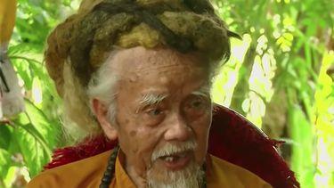 92-jarige man heeft al 80 jaar zijn haar niet gewassen of geknipt