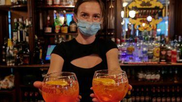 Eem foto van een dame in een bar in Parijs. Ze moet volgende week waarschijnlijk weer sluiten
