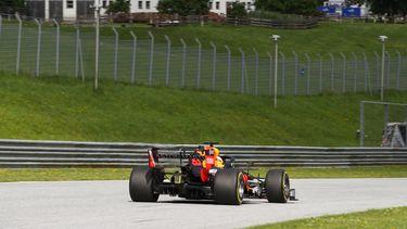 Een foto van Max Verstappen op het Oostenrijkse circuit zonder toeschouwers.