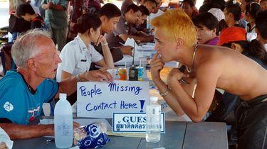 Een foto van een opvang voor vermiste mensen na de tsunami in 2004