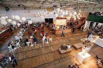Een foto van de bijna lege foyer bij Soldaat van Oranje