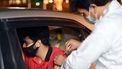 Een man ontvangt een vaccin tegen corona in Pakistan.