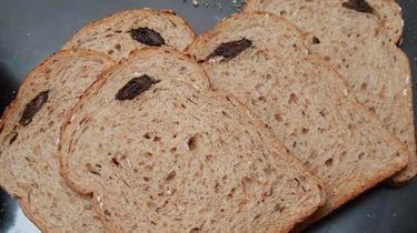 Een foto van iemand die een muis vond in haar Albert Heijn-brood.