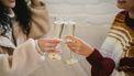 Twee vrouwen proosten met champagne