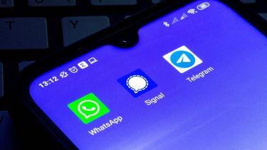 Een foto van de diensten Telegram, WhatsApp en Signal op een smartphone