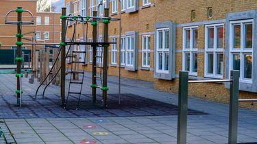 Een leeg schoolplein bij een basisschool.