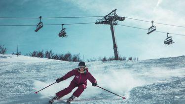 Iemand is aan het skiën.