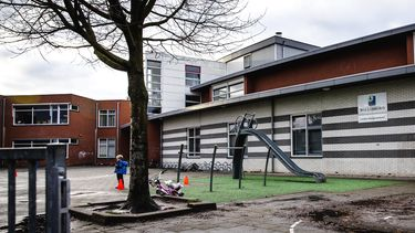 Een foto van de school in Bergschenhoek waardoor nu een een grootschalige coronatest wordt gedaan