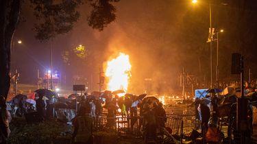 Bij de ingang van de Polytechnische Universiteit woedde een grote brand die waarschijnlijk door de demonstranten was aangestoken om te voorkomen dat de politie het gebouw kon bestormen. / ANP