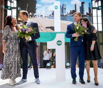 Een foto van Hugo de Jonge en Pieter Omtzigt en hun partners