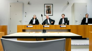 Rechter C.M.A.T. van der Geest, voorzitter R. Veldhuisen, rechter J. G. van Ommeren en griffier M. J. den Haan voorafgaand aan een regiezitting in de rechtszaak omtrent de 'tramschutter' Gokmen T.
